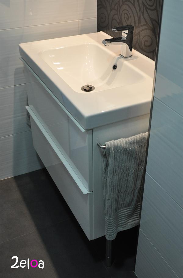 Ikea hack a adiendo unos toalleros al mueble de ba o for Toalleros electricos ikea